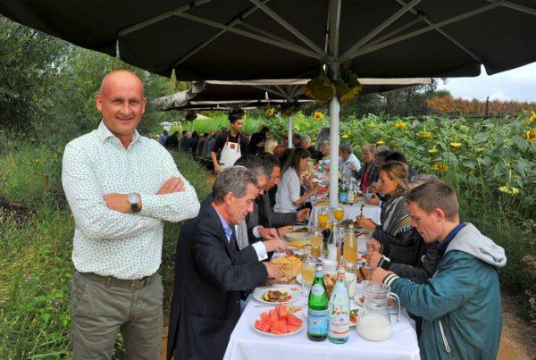 Gerald van Kessel tijdens de lunch in het zonnebloemenveld. © Fotomeulenhof